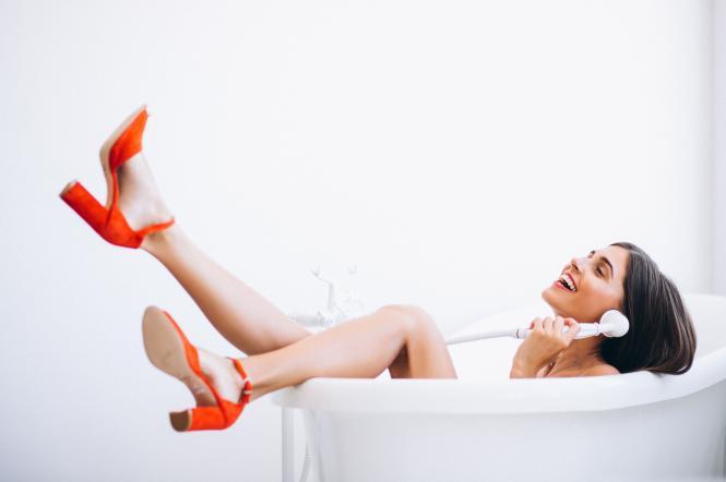 Дівчина у ванній