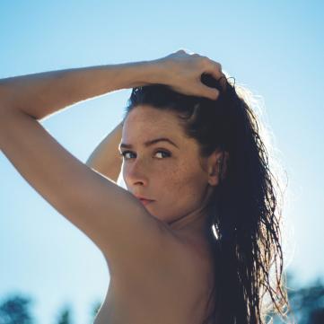 дівчина з мокрим волоссям