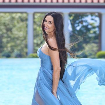 Деми мур в голубом платье.