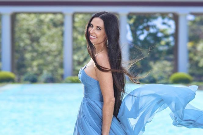 Демі мур у блакитній сукні.