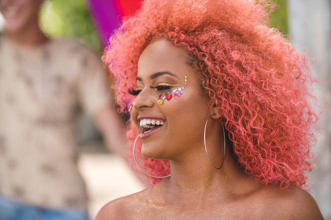 Девушка бразилийка с розовыми волосами