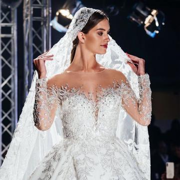 Снова невеста: Жена Комарова примерила роскошные свадебные наряды