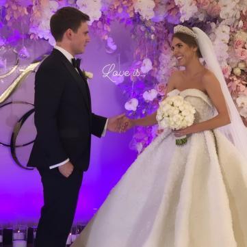 Певица Ассоль вышла замуж в платье, которое весит больше 20 кг