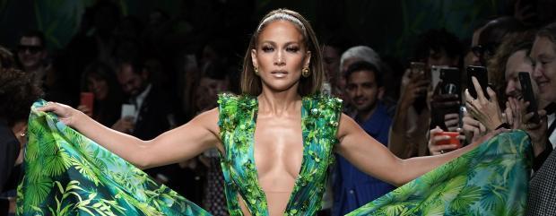 дженніфер лопес в зеленій сукні з тропічним принтом