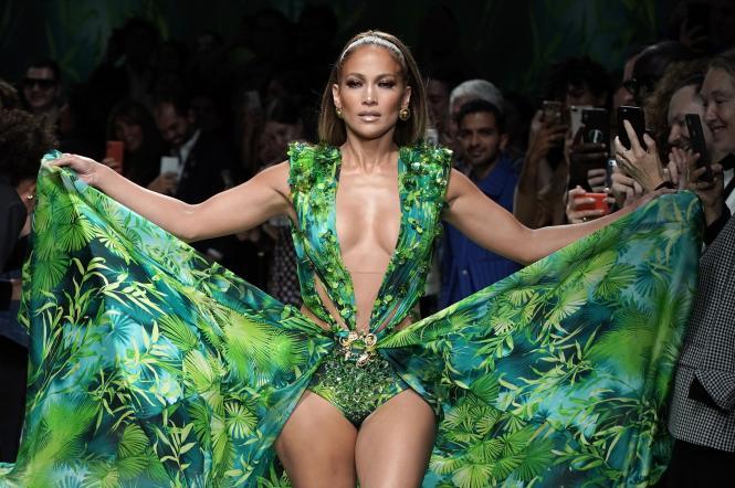 дженнифер лопес в зеленом платье с тропическим принтом