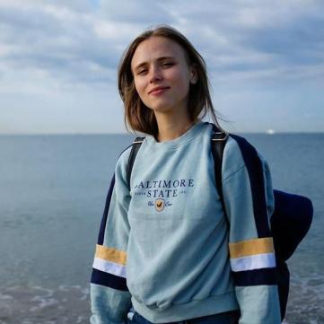 Анна Кошмал чарує природною красою на тлі морського пейзажу