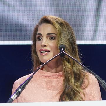 Королева Иордания в розовом платье