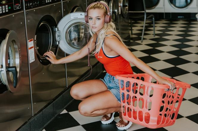 Дівчина в пральні