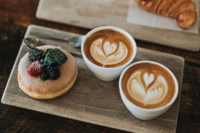 Кава з тістечками