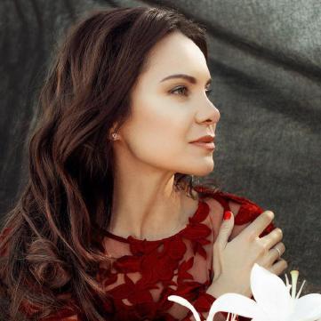 Лилия Подкопаева в красном платье