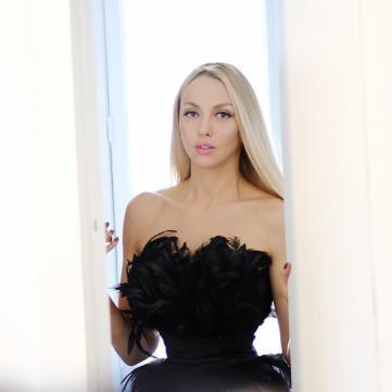 Оля Полякова в платье из перьев на показе Андре Тана в Париже