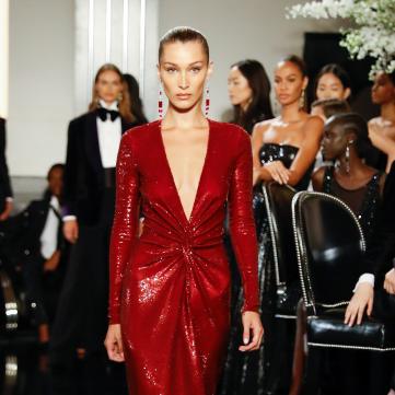 Белла Хадід у червоній сукні на показі Ralph Lauren