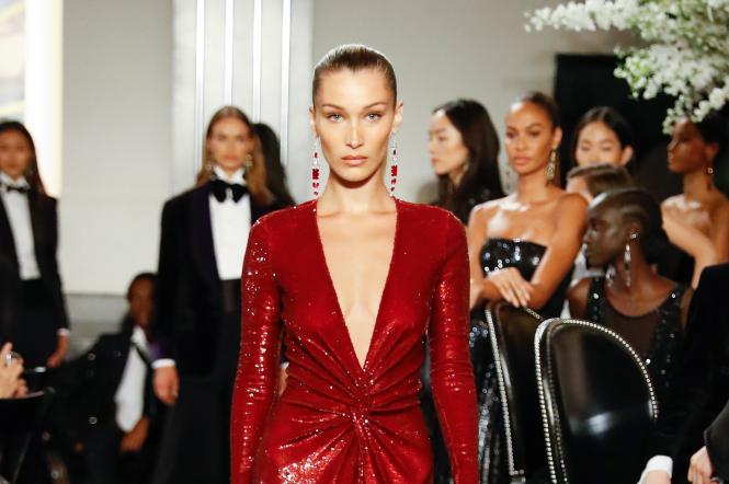 Белла Хадид в красном платье на показе Ralph Lauren