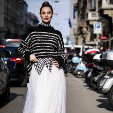 девушка в свитере и юбке, мода
