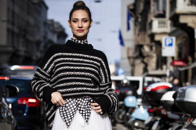дівчина у светрі та спідниці, мода