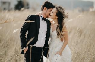 Весільна пара в полі