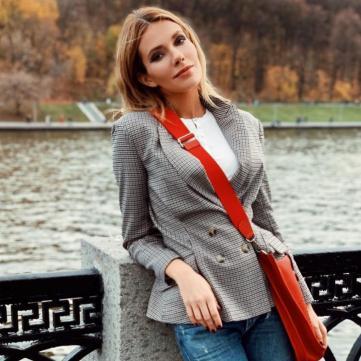 Платинове каре і міні-шорти: Старша донька Сумської постала у сексуальному образі