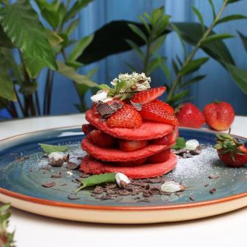 Клубничный десерт в заведении Львова Tante Sophie cafe escargot