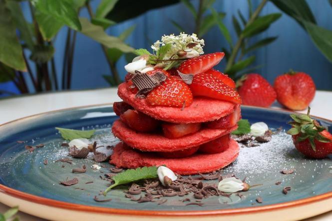 Полуничний десерт у закладі Львова Tante Sophie cafe escargot