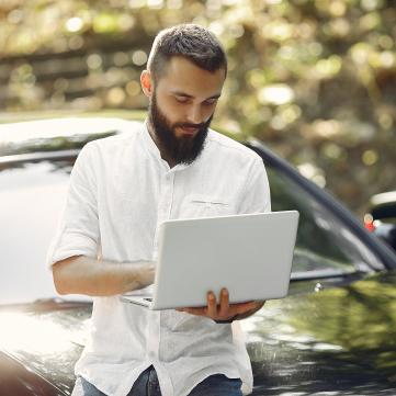 Чоловік бізнесмен з ноутбуком