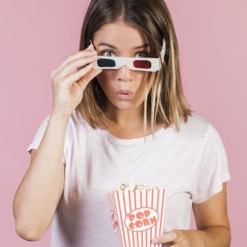 дівчина з попкорном
