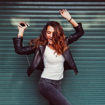дівчина слухає музику і танцює
