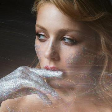 Оголена Тіна Кароль прикрилася пальчатками з кристалами