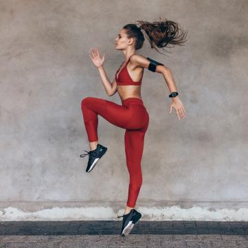 спортивна дівчина, стрибки