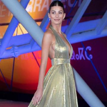 Марокканська принцеса: Дівчина Ді Капріо у вечірній сукні з глибоким вирізом