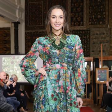 Анна Ризатдинова прошлась по подиуму в колоритном платье от Ольги Сумской