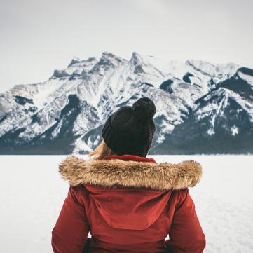 Девушка в горах.