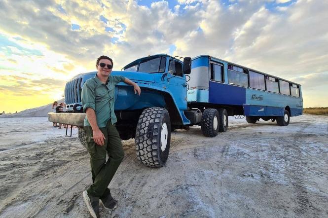ведущий Комаров фото