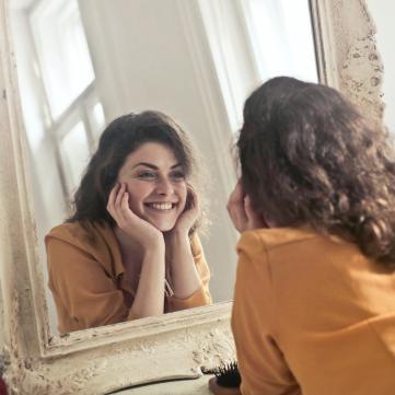 дівчина дзеркало