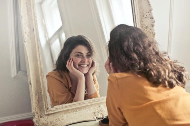 девушка зеркало
