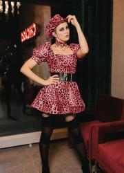 марув в сукні з тваринним принтом