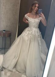 Катя Гуменюк у весільній сукні