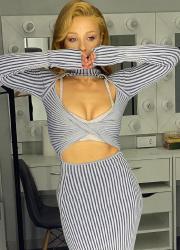 Тіна Кароль у сукні з прорізами